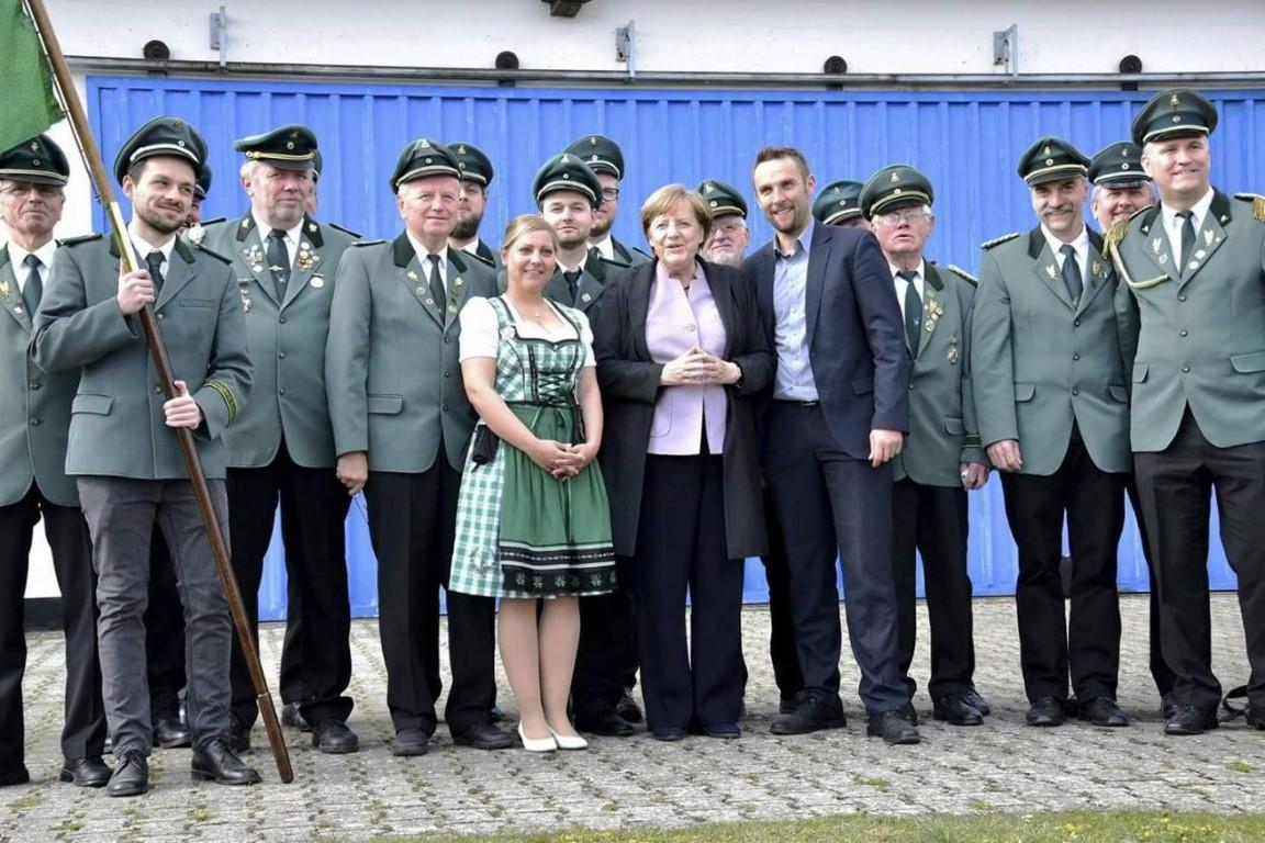 Langenthaler Schützen überraschen die Bundeskanzlerin